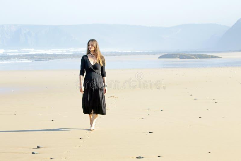 Beau femme marchant sur la plage photos libres de droits