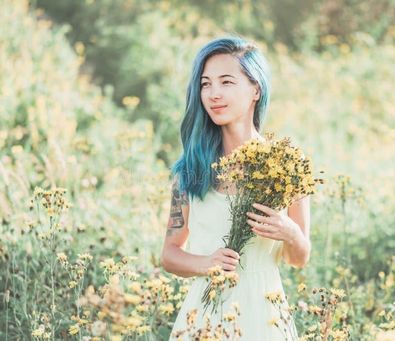 Beau femme marchant sur le gisement de fleur photographie stock libre de droits