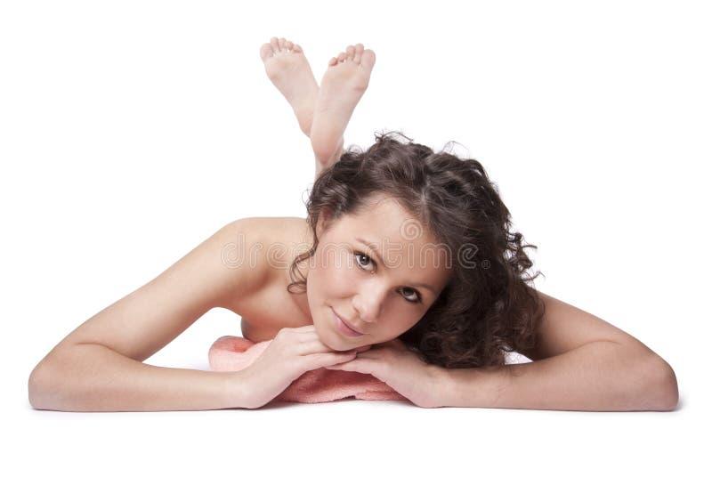 Beau femme nu souriant et se trouvant sur un essuie-main images stock