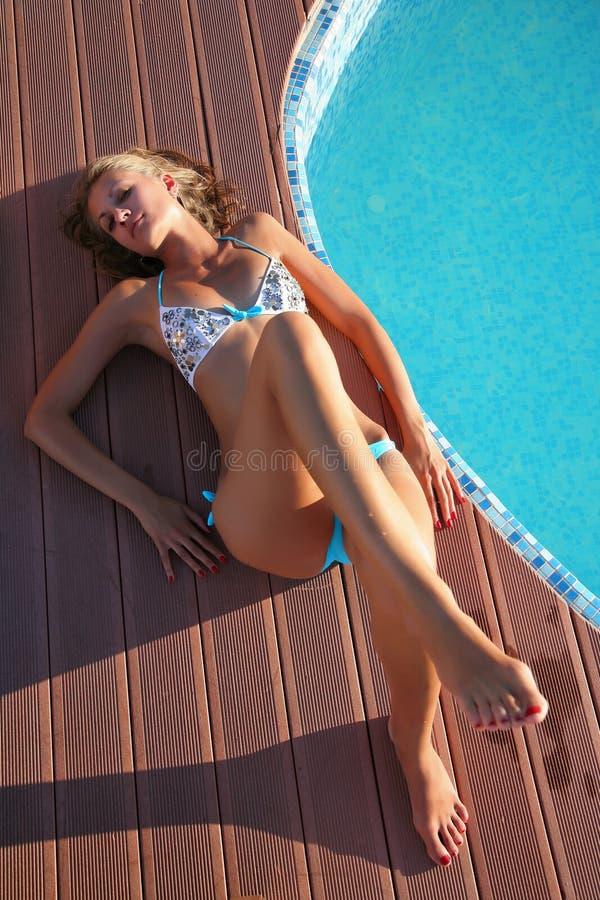 Beau femme par la piscine image stock