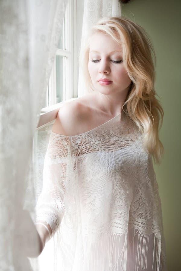 Beau femme par Window images stock