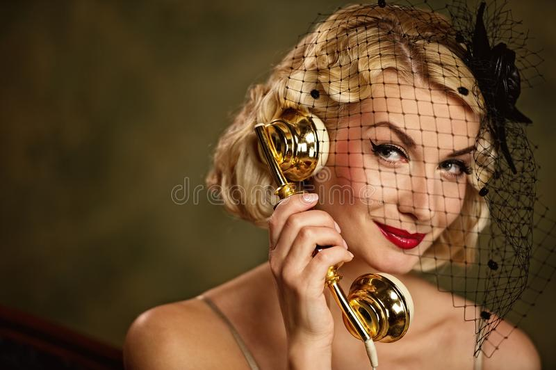 Beau femme parlant au téléphone. image libre de droits