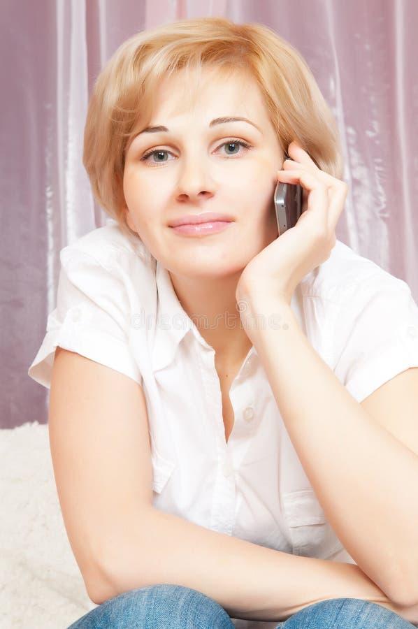 Beau femme parlant du téléphone photographie stock libre de droits