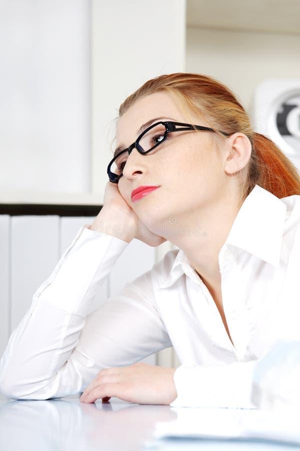 Beau femme pensant dans le bureau. photographie stock libre de droits