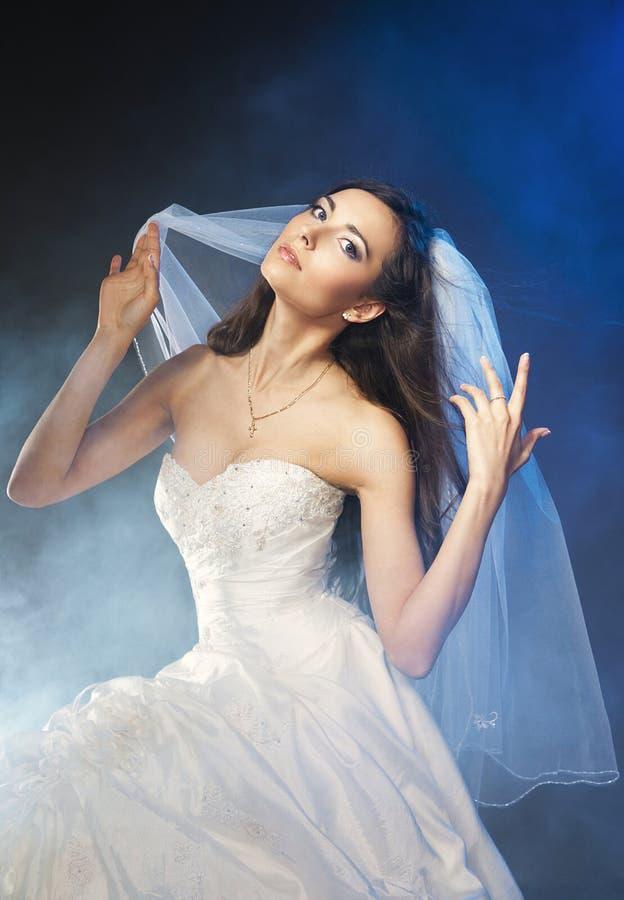 Beau femme portant la robe luxueuse de mariage image stock