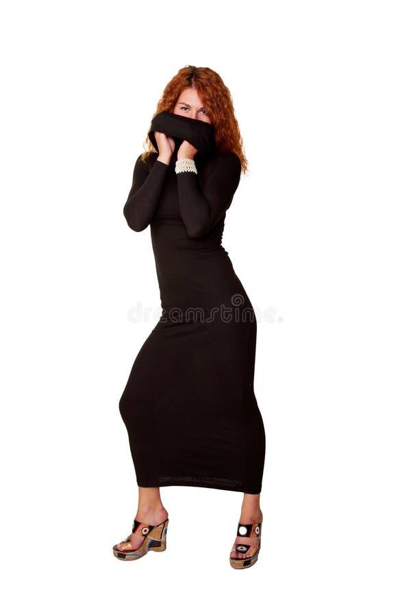 Beau femme red-haired dans la robe noire photo stock