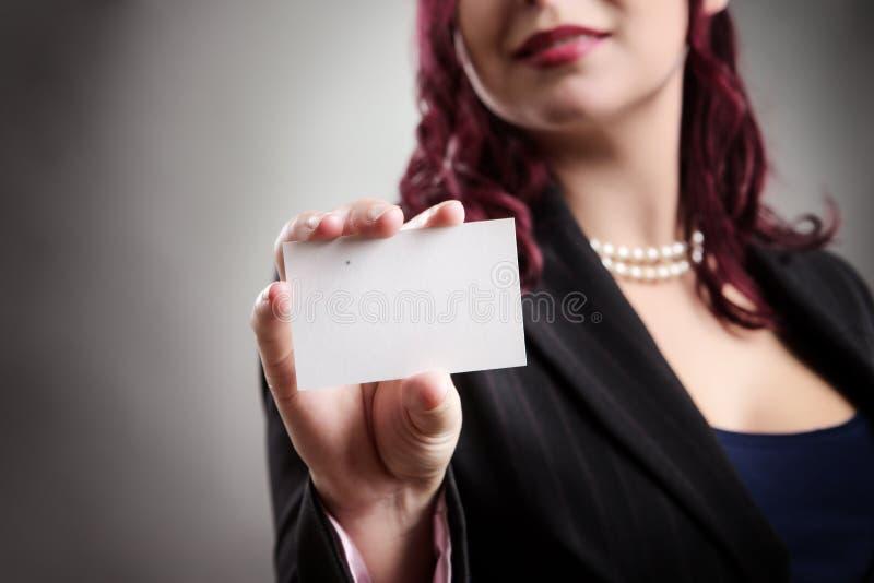 Beau femme retenant la carte de visite professionnelle vierge de visite photos stock