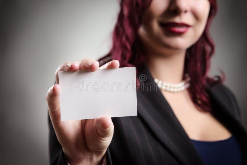 Beau femme retenant la carte de visite professionnelle vierge de visite photo stock