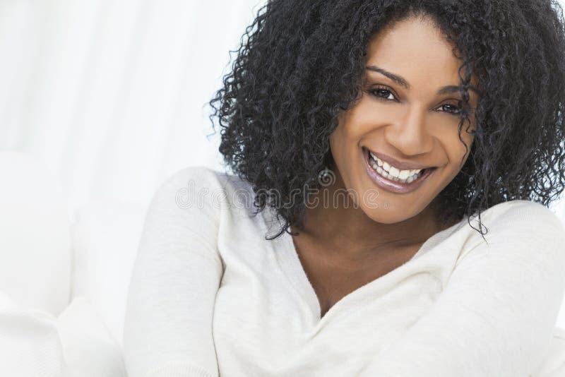 Beau femme riant de sourire d'Afro-américain images stock