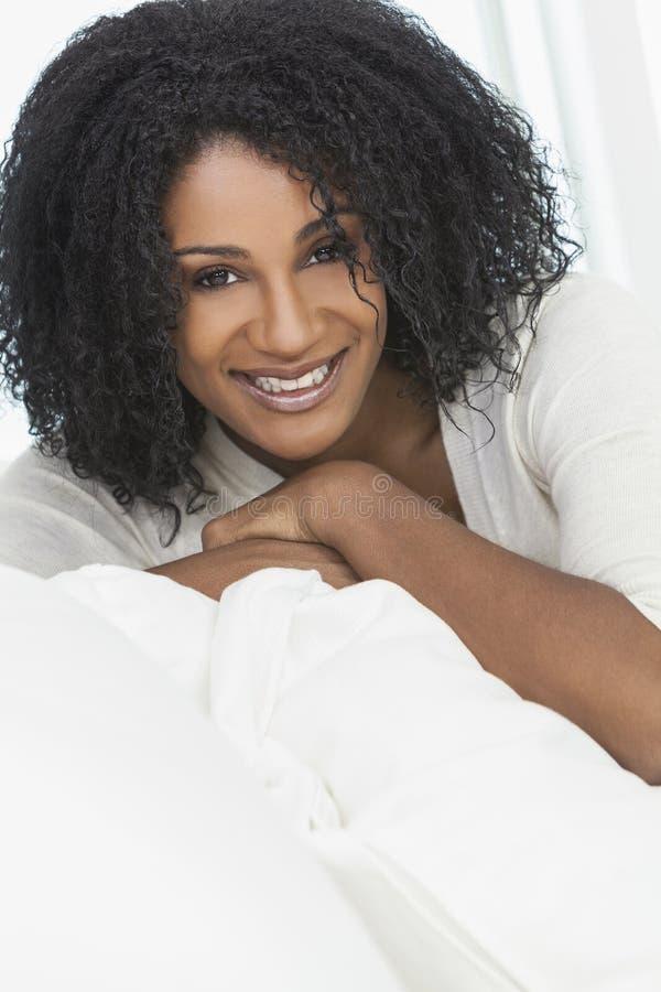 Beau femme riant de sourire d'Afro-américain photographie stock libre de droits