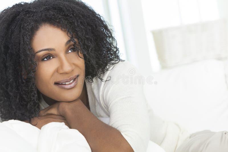 Beau femme riant de sourire d'Afro-américain photos libres de droits