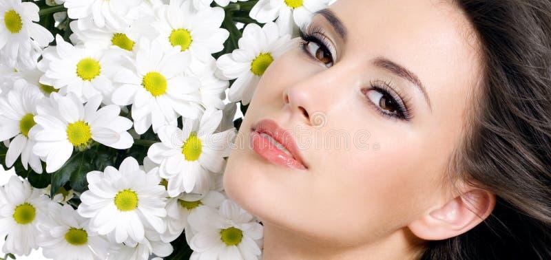 Beau femme sexy avec des fleurs photos stock