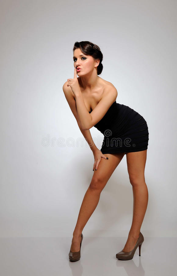 Beau femme sexy avec le fuselage mince dans la robe courte photographie stock libre de droits