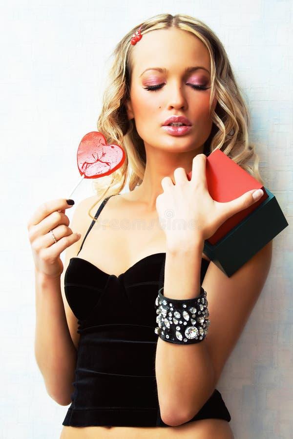 Beau femme sexy avec un cadeau et une sucrerie images libres de droits