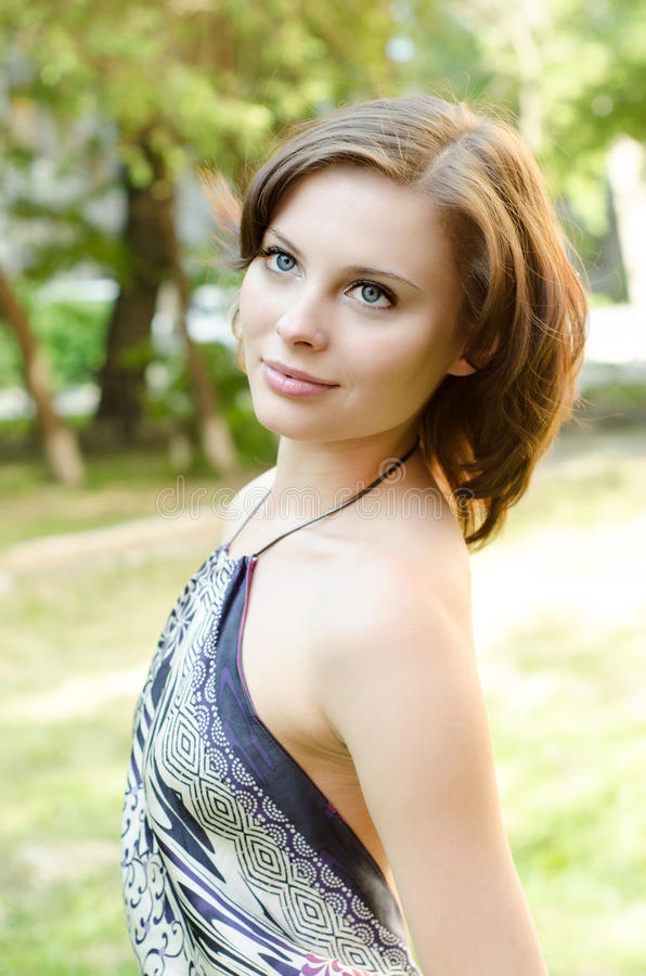 Beau femme sexy sur la nature photographie stock libre de droits