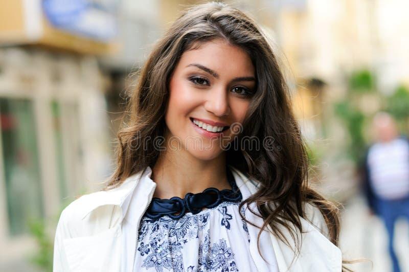 Beau femme souriant à l'arrière-plan urbain image libre de droits