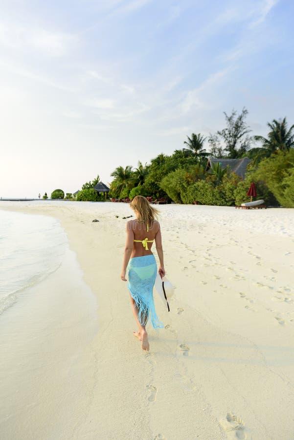 Beau femme sur la plage images libres de droits