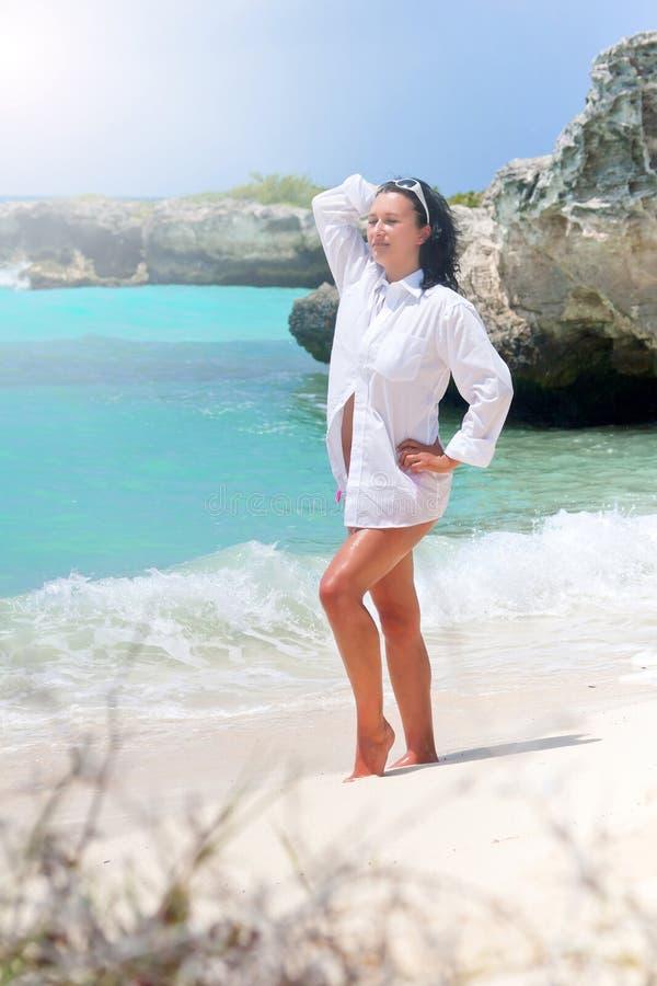 Beau Femme Sur La Plage Des Caraïbes Image stock