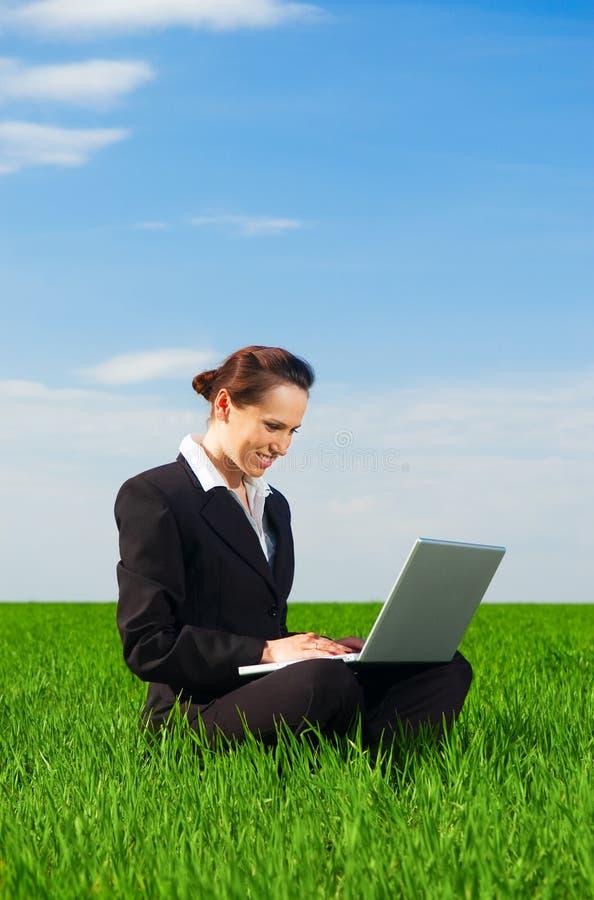 Beau femme travaillant avec l'ordinateur portatif photo libre de droits