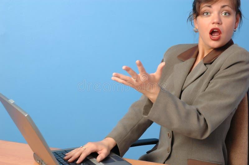 Beau femme travaillant sur l'ordinateur portatif images libres de droits