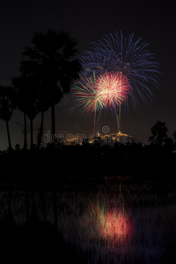 Beau festival coloré de feu d'artifice au ciel nocturne dans Phra Nakhon photo stock