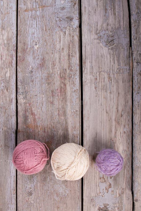 Beau fil de laine pour le tricotage photographie stock libre de droits