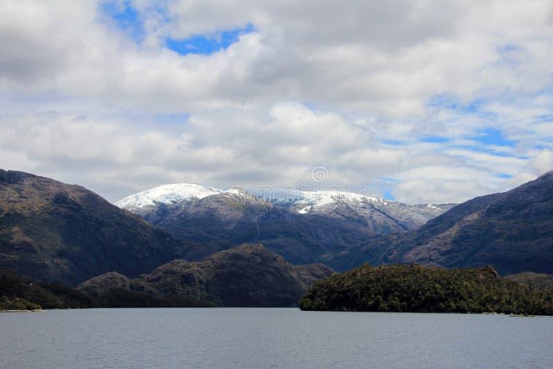 Beau fjord avec des montagnes en parc national de Higgins de ` de Bernardo O, Chili photographie stock