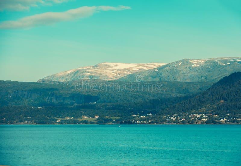 Beau fjord de ville de MOIS i Rana photographie stock libre de droits