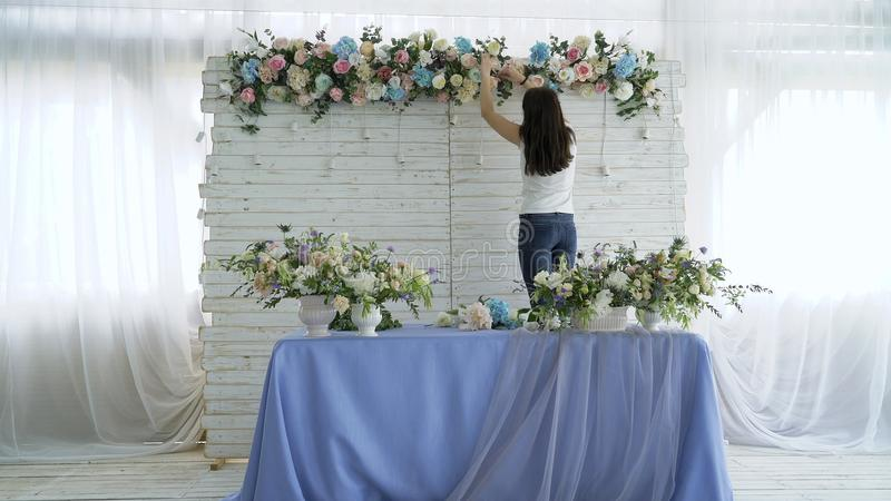 Beau fleuriste créant la disposition colorée de bouquet de ressort photos libres de droits