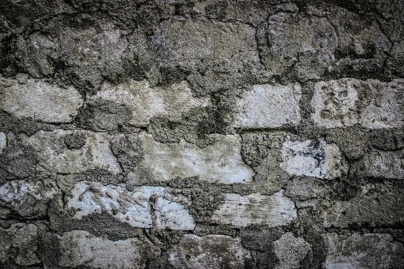 Beau fond abstrait de mur de briques blanc sale sale Avec des restes de peinture et de taches de graffiti Urbain images stock