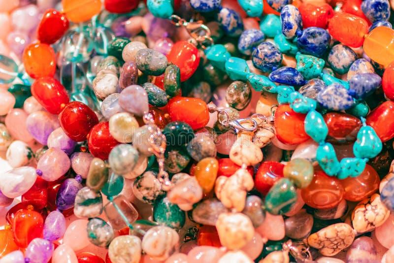 Beau fond avec l'abondance des perles en pierre colorées Collection de perles colorées Perles de pierre gemme image stock