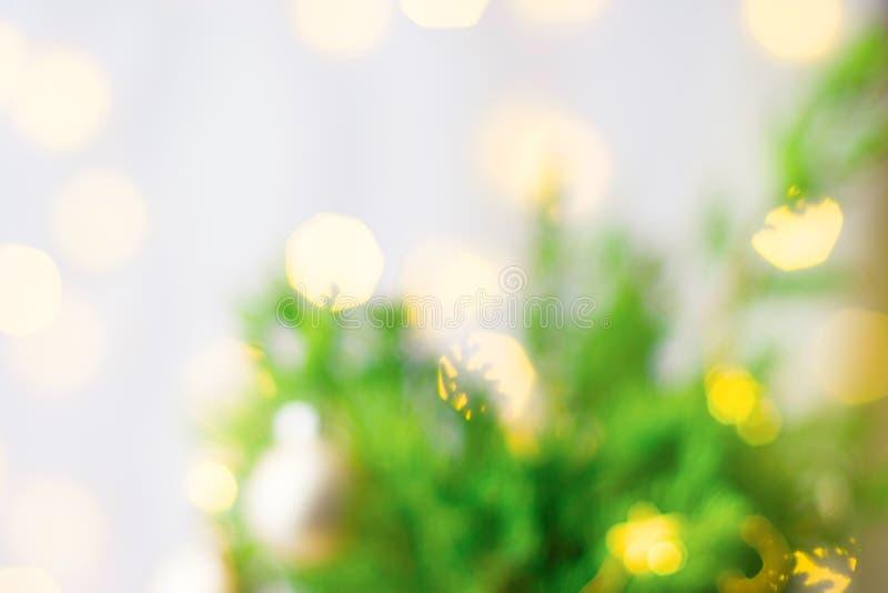 Beau fond brouillé de nouvelle année de Noël Lumières d'or décorées de bokeh de guirlande de branches d'arbre de sapin L'atmosph? photos stock