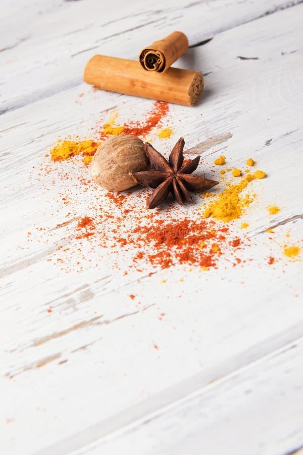 Beau fond d'épice de nourriture : placez de l'anis d'étoile, safran des Indes, le bâton de cannelle, noix de muscade sur le fond  photo stock