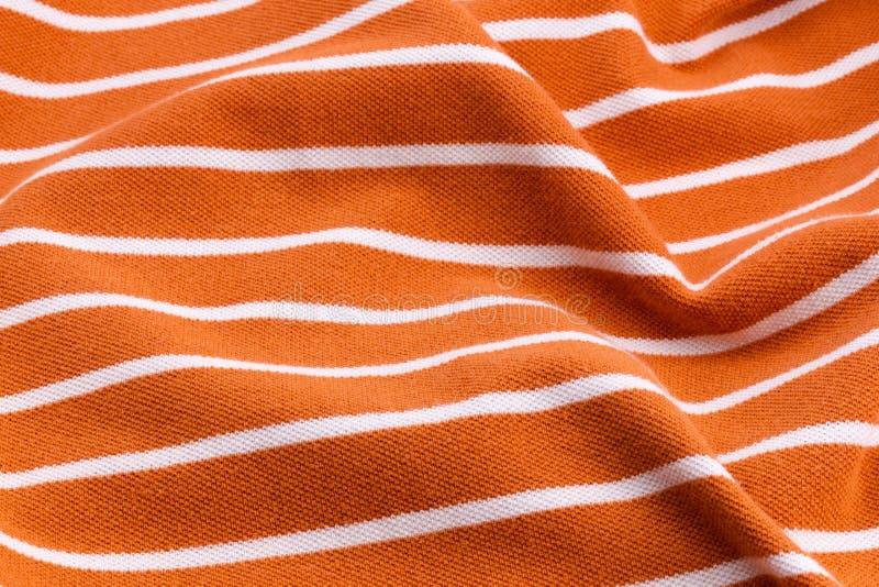 Beau fond d'été fait en tissu tordu et froissé rayé de couleurs sensibles oranges photographie stock libre de droits