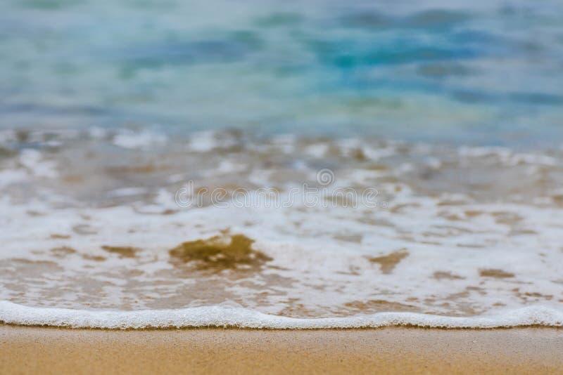 Beau fond d'abrégé sur été de mer - plage d'or de sable avec les ressacs bleus images libres de droits