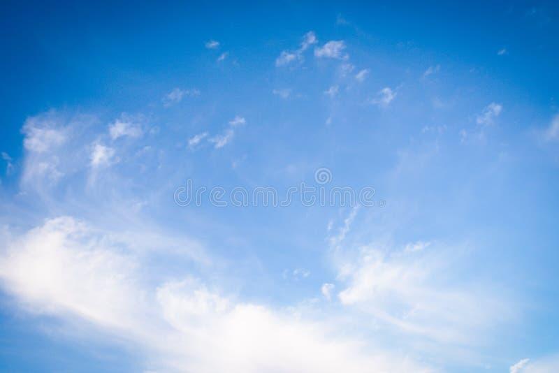 Beau fond de ciel Ciel bleu avec des nuages de blanc de cumulus de cirro images libres de droits