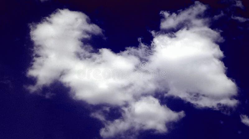 Beau fond de jour de ciel bleu-foncé fumeux abstrait de nuages photographie stock