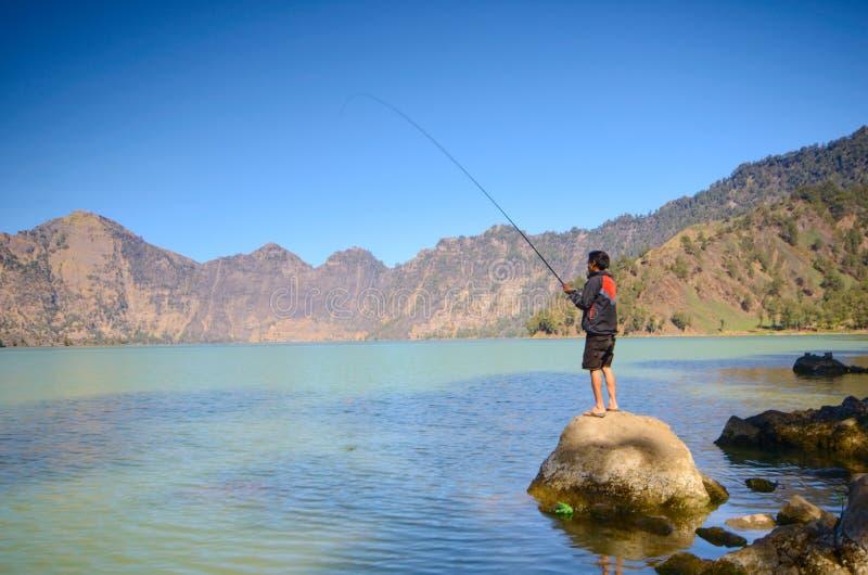 Beau fond de nature avec le randonneur non identifié au lac Segara Anak Le bâti Rinjani est un volcan actif dans Lombok, Indonési image libre de droits