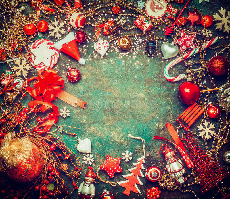 Beau fond de Noël avec les bonbons à vacances, la guirlande et la décoration de fête rouge, vue supérieure, cadre images libres de droits