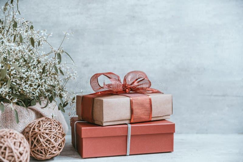 Beau fond de Noël avec les décorations et les boîte-cadeau o image stock