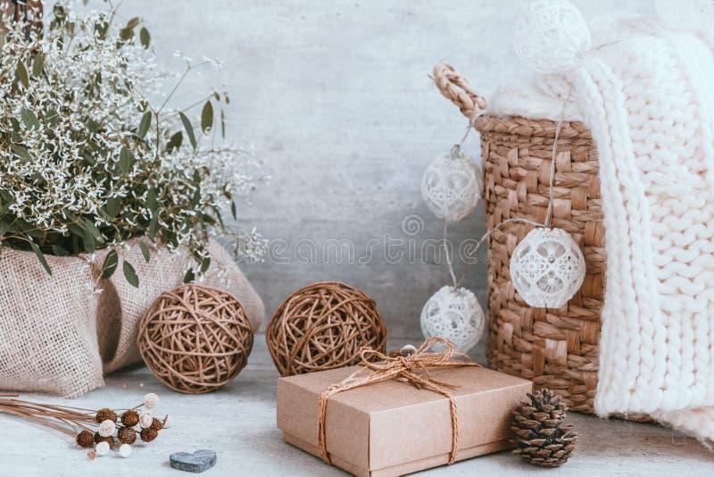 Beau fond de Noël avec les décorations et les boîte-cadeau o images libres de droits