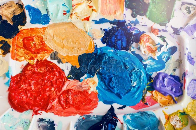 Beau fond de peintures texturées colorées Peindre les traits et les restes de toitures laissés par les peintures dans la palette  photos libres de droits