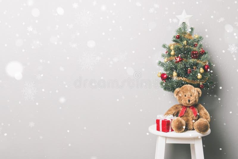 Beau fond de vacances de Noël avec les boîte-cadeau rouges, nounours photographie stock