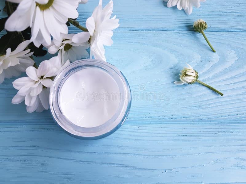 Beau fond en bois bleu sain fait main cosmétique crème de fleurs blanches de bleuets de composition photographie stock libre de droits