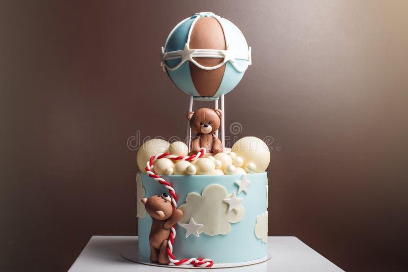 Beau gâteau décoratif pour un enfant Les ours volent dans un ballon Concept des desserts pour l'anniversaire photographie stock libre de droits