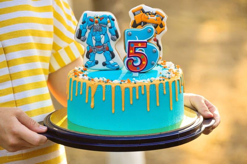 Beau gâteau d'anniversaire dans les mains d'une fille photo stock