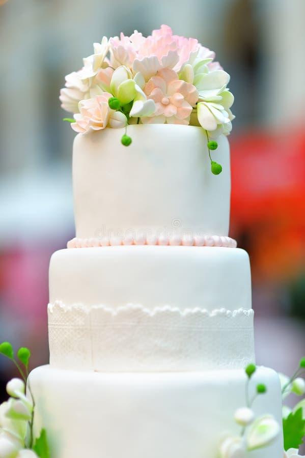 Beau gâteau de mariage photo stock