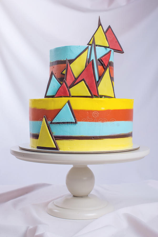 Beau gâteau de mariage décoré des mosaïques brillamment colorées image stock