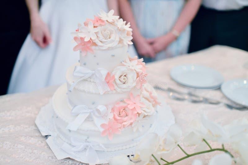 Beau gâteau de mariage pour des jeunes mariés à l'intérieur photographie stock