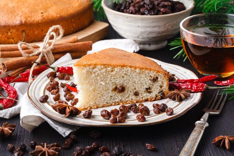 Beau gâteau fait maison délicieux de fruits secs de Noël sur la table en bois avec décorer des articles pour célébrer la saison d images libres de droits
